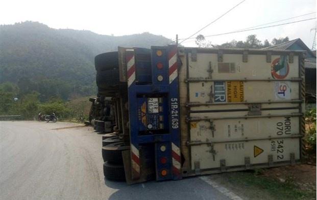xe dau keo container bi lat va hu hong nang do lai xe khong lam chu toc do khi vao cua