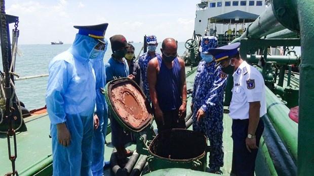 Bộ Tư lệnh Vùng Cảnh sát biển 1 xử lý vụ tàu sang mạn dầu trái phép trên biển
