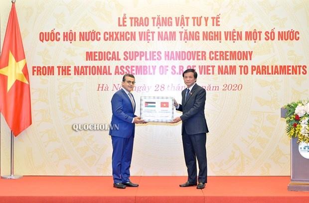 Quốc hội Việt Nam trao vật tư y tế tặng Nghị viện một số nước châu Phi, Trung Đông