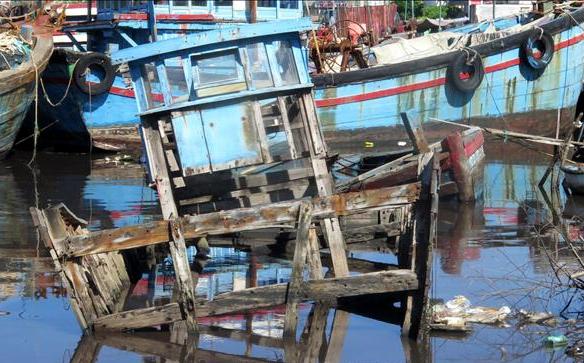Nhiều xác tàu đắm tại cảng cá Sa Huỳnh gây ô nhiễm môi trường, ảnh hưởng giao thông