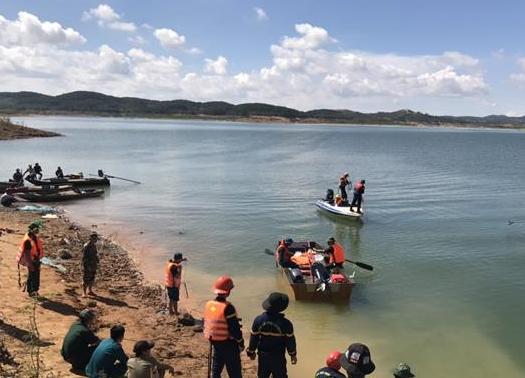 Tích cực tìm kiếm hai học sinh mất tích trên hồ nước sâu