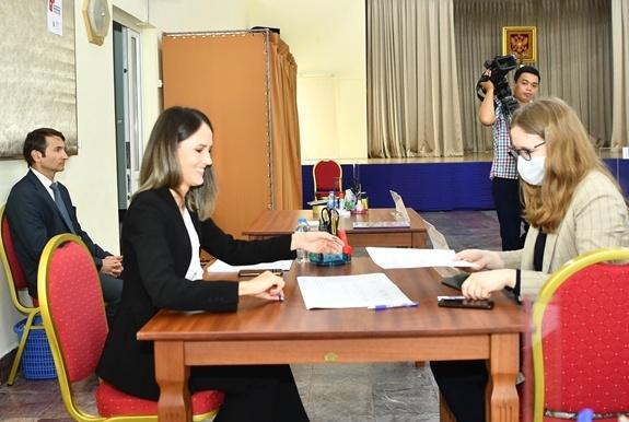 Công dân Nga ở Việt Nam tham gia bỏ phiếu sửa đổi hiến pháp Nga