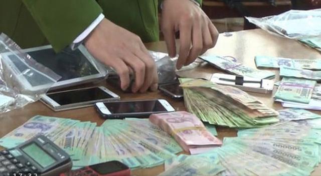Kỷ luật 4 cán bộ, công chức xã vì đánh bạc