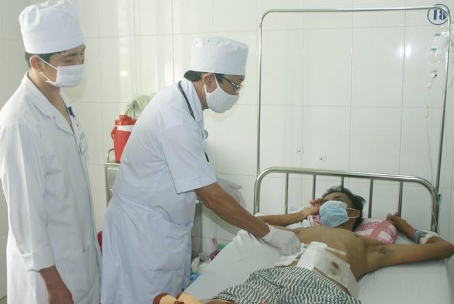 Cứu sống bệnh nhân bị máy cắt cỏ gãy văng thủng bụng