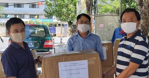 Trao tặng 16 ngàn khẩu trang N95 và đồ bảo hộ y tế cho lực lượng phòng, chống dịch Đà Nẵng