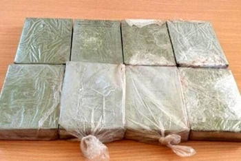 bat hai doi tuong van chuyen 8 banh heroin