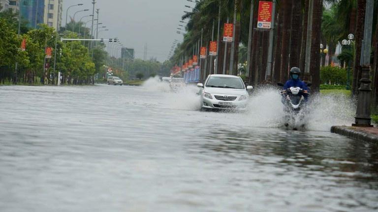 Ảnh hưởng bão số 5, nhiều tuyến đường, khu dân cư bị ngập nặng trong nước