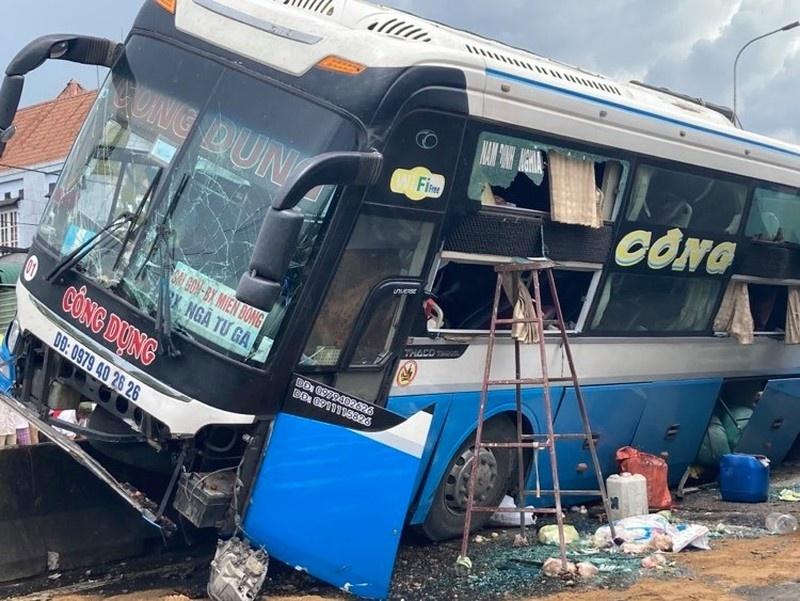 Xe khách tông chết người, hàng chục hành khách hoảng loạn