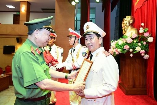 Thăng cấp bậc hàm từ Thiếu tướng lên Trung tướng đối với Thứ trưởng Bộ Công an Trần Quốc Tỏ