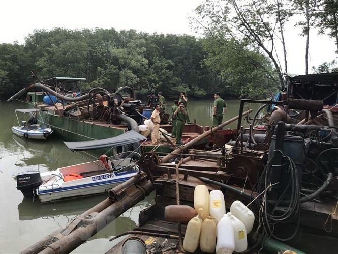 """Bắt 2 phương tiện """"khủng"""" bơm hút cát trái phép trên sông Đồng Nai"""