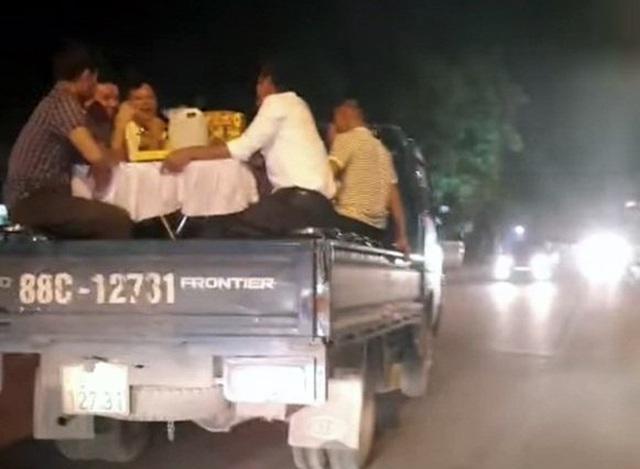 Xử phạt tài xế chở người trên thùng xe