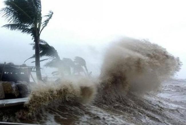 Đêm 23/10, nhiều vùng biển có mưa bão, nguy cơ lốc xoáy và gió giật mạnh