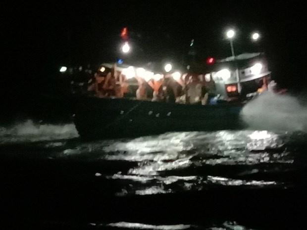Một tàu cá mắc cạn tại vùng biển Lý Sơn, Quảng Ngãi khi vào tránh trú bão số 8