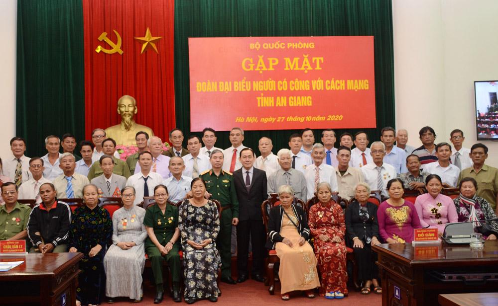 Bộ Quốc phòng gặp mặt Đoàn đại biểu người có công tỉnh An Giang