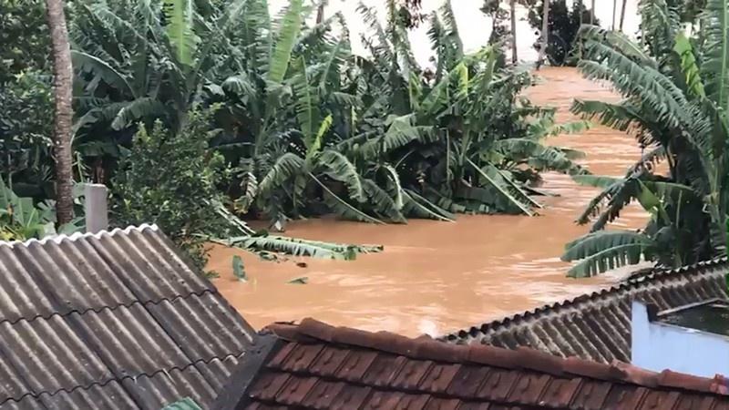 Hàng ngàn ngôi nhà bị tốc mái, lũ bất ngờ đổ về gây ngập