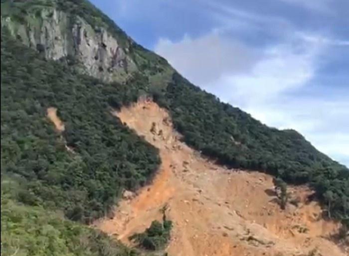 Núi Tà Bang (Hướng Hóa) nứt dài 200m, di dời khẩn cấp 165 người dân sống dưới chân núi