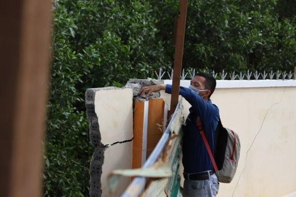 Trường mới xây hơn 20 tỷ đồng vừa bàn giao, tường bao đã bị sập