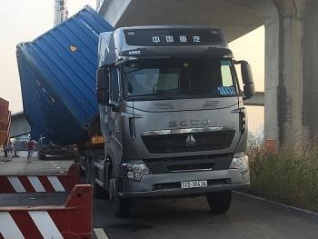 xe container keo sap dam be tong cau bo hanh dang thi cong