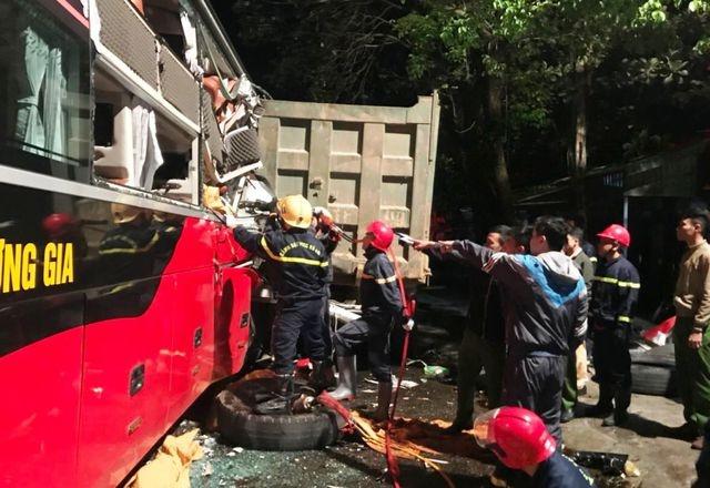 Cảnh sát cứu hỏa giải cứu thành công 3 người bị mắc kẹt trong xe khách