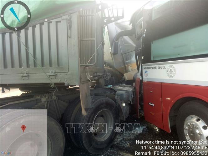 xe container dau dau xe khach 4 nguoi thuong vong