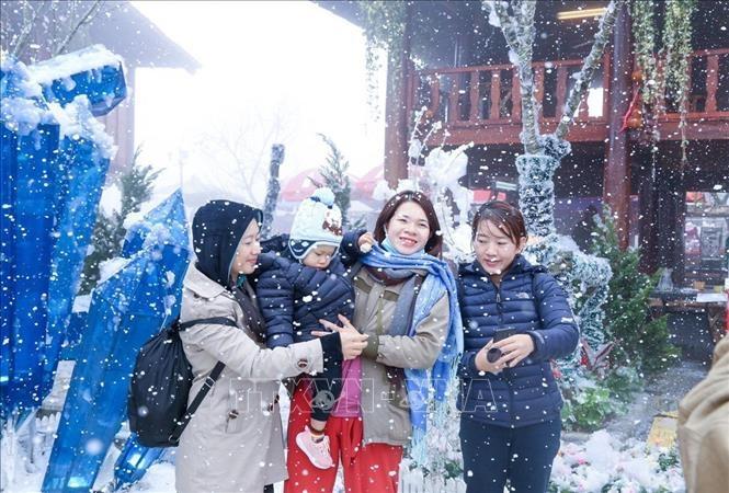 """Lễ hội mùa Đông 'Thiên đường tuyết rơi"""" hút khách"""