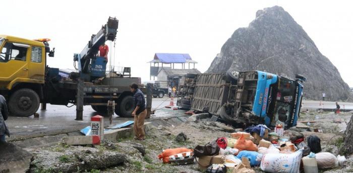 Lật xe khách giường nằm ở Hòa Bình làm 2 người tử vong và 10 người bị thương