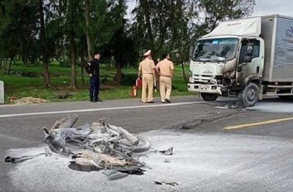 Ô tô và xe máy bốc cháy sau va chạm khiến một người tử vong