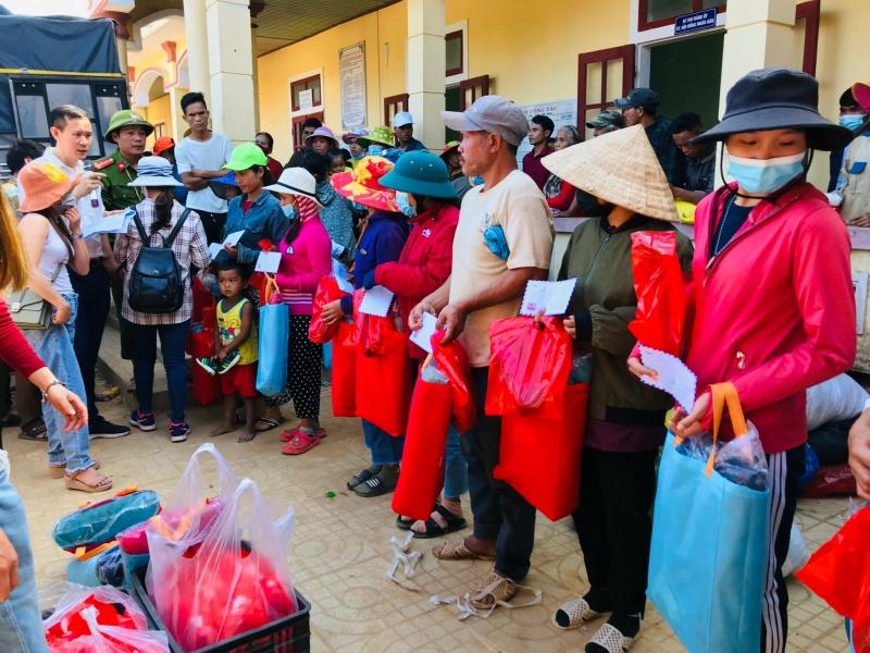 Đoàn thiện nguyện phối hợp với báo Tầm Nhìn tại Quảng Trị tặng quà lũ lụt tại Hướng Việt