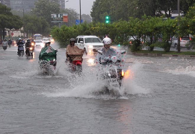 Trung Bộ và Nam Bộ mưa dông, cảnh báo gió mạnh và sóng lớn trên biển