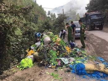 Xử phạt lái xe đổ trộm rác thải khu vực giáp ranh ba tỉnh