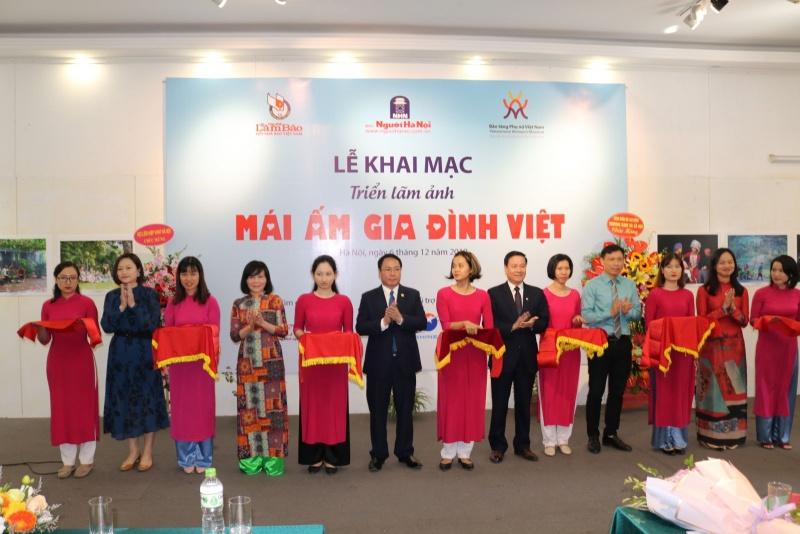 """Hà Nội: Khai mạc triển lãm ảnh """"Mái ấm gia đình Việt"""""""