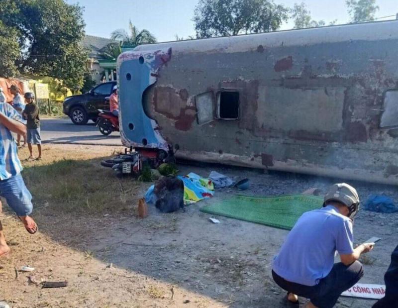 Lật xe chở công nhân tại Long An làm hai người chết, bảy người bị thương