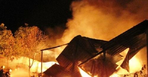 Đốt lửa sưởi ấm, một ngôi nhà gỗ của người dân bị cháy rụi