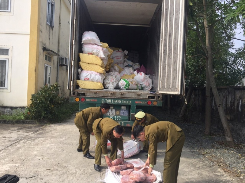 Bắt lái xe container chở hơn 10 tấn nội tạng động vật bốc mùi hôi