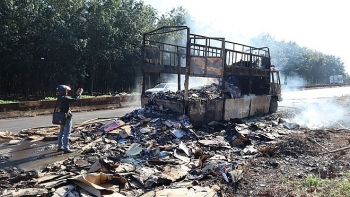 Xe tải chở bìa cát tông bị lửa thiêu rụi khi đang lưu thông trên đường