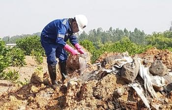 Điều tra làm rõ vụ chôn lấp trộm chất thải tại Sóc Sơn