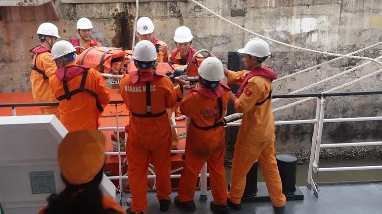 Cấp cứu thuyền viên bị tai nạn trên vùng biển Hoàng Sa