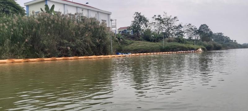 Vì sao có vệt dầu loang trên sông Lam gần trạm bơm nước thô?