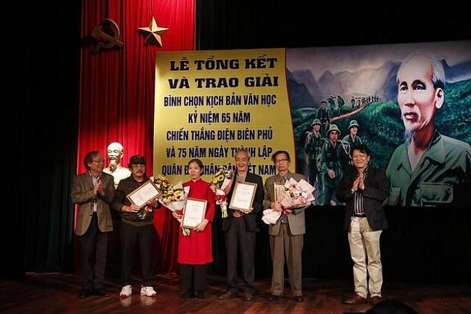 trao 16 giai thuong cho cac kich ban van hoc xuat sac ve chien thang dien bien phu quan doi nhan dan