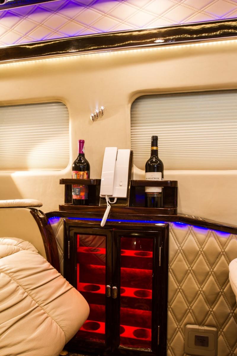 no ro xu huong xe limousine ford transit limousine duoc danh gia cao