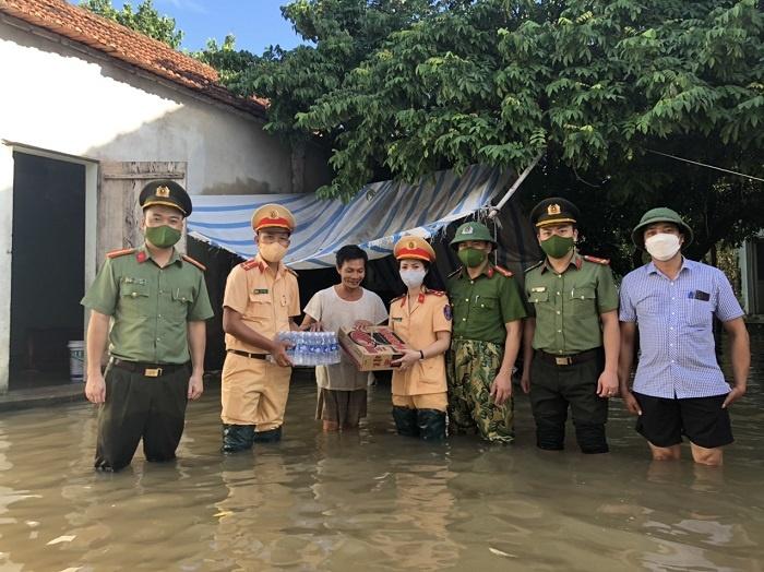 Công an Nghệ An: Chung sức hỗ trợ người dân vùng rốn lũ