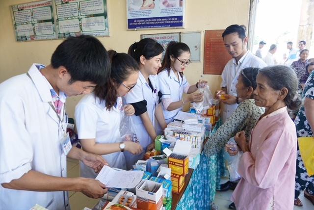 Bệnh viện Trung ương Huế: Khám bệnh và cấp phát thuốc miền phí cho bệnh nhân nghèo