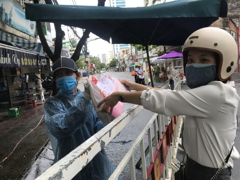 Những người hùng thầm lặng vận chuyển trong khu cách ly ở Đà Nẵng