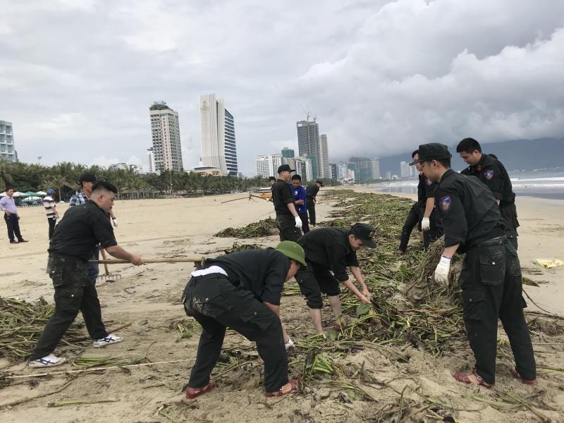 Cộng đồng chung tay dọn rác trên bãi biển Đà Nẵng sau bão số 5