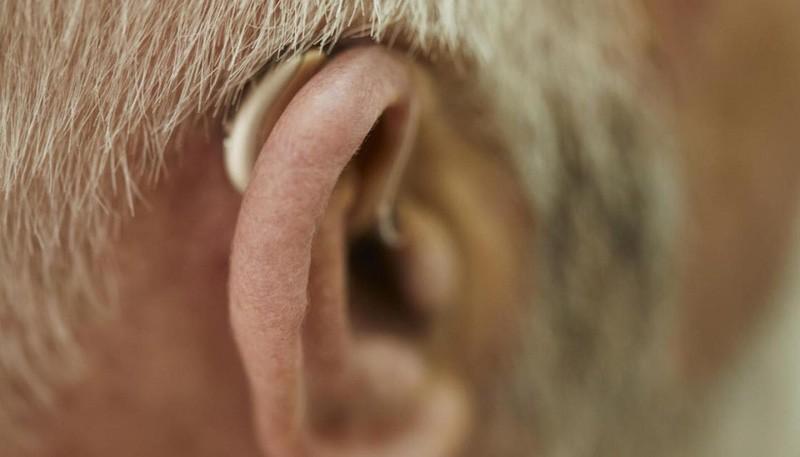 Một người đàn ông ở Anh bị điếc do mắc Covid-19 bị biến chứng