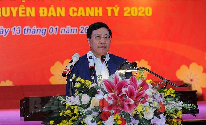 Phó Thủ tướng Phạm Bình Minh tặng quà Tết các gia đình chính sách
