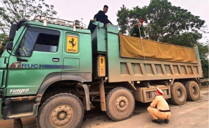 Thanh Hóa: CSGT Yên Định xử phạt hàng loạt xe khổ, quá tải sau phản ánh của Tầm Nhìn