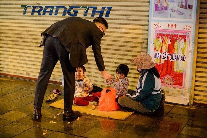Chuyện những người tìm trẻ em cơ nhỡ trong đêm giao thừa để lì xì