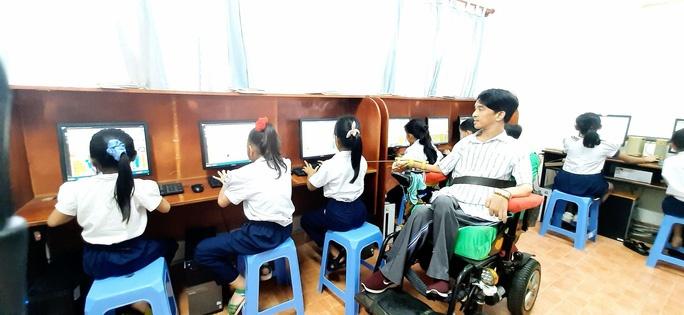 Nghị lực phi thường của một thầy giáo khuyết tật muốn đem lại ánh sáng cho những người kém may mắn
