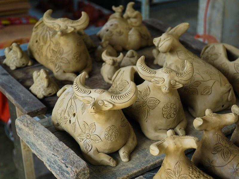 Làng gốm cổ nặn trâu đất kiếm bộn tiền